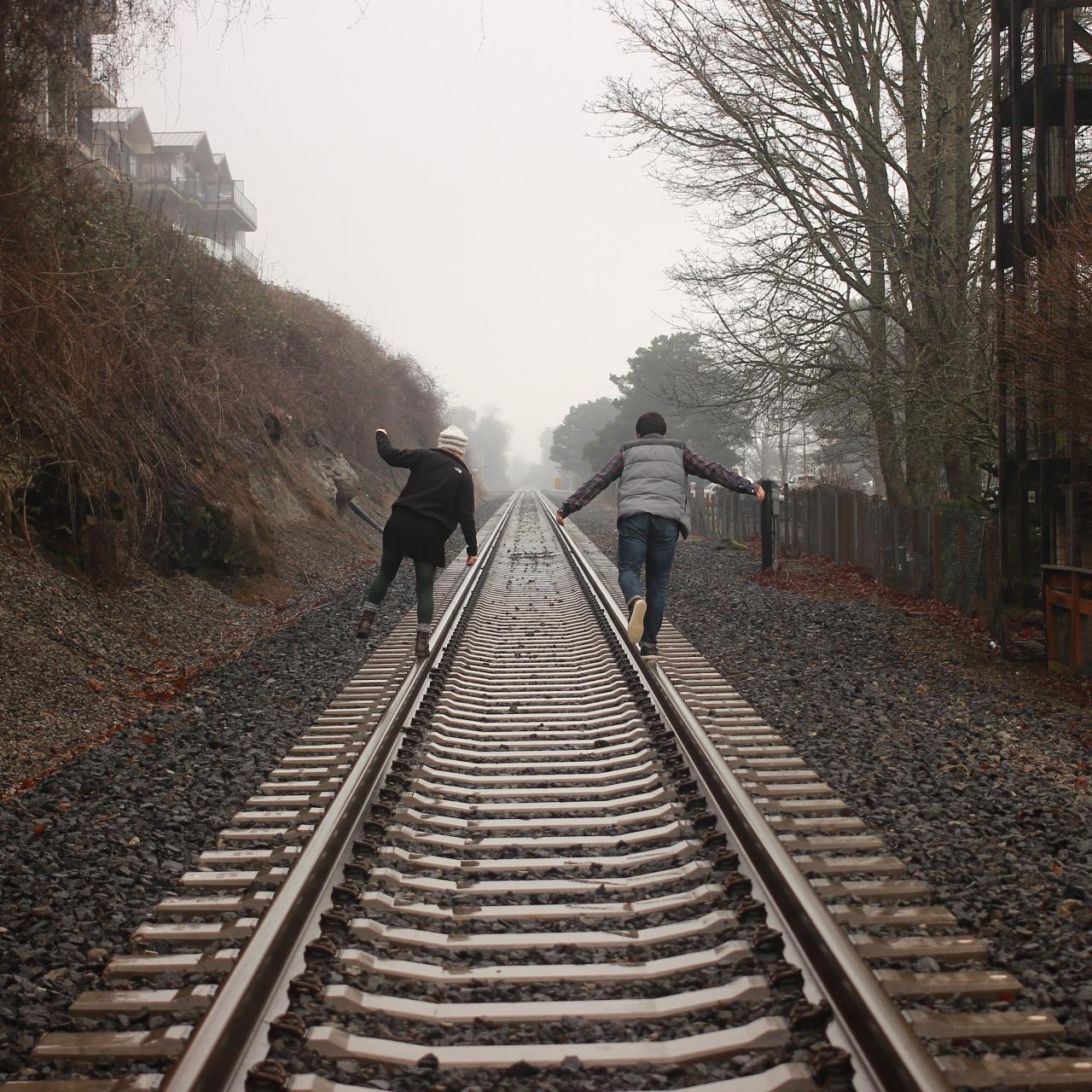 線路に入る人