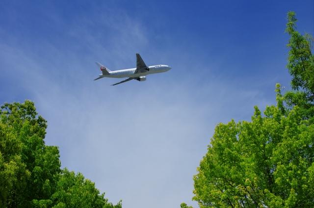 伊丹空港から飛び立つ飛行機