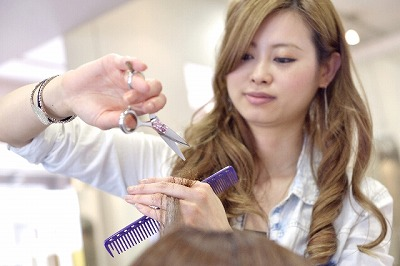 女性の美容師
