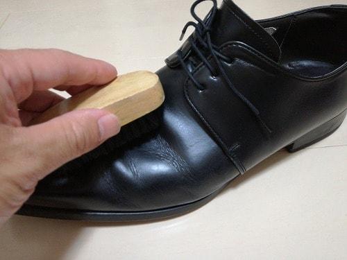 ブラシで靴全体の汚れを落とす