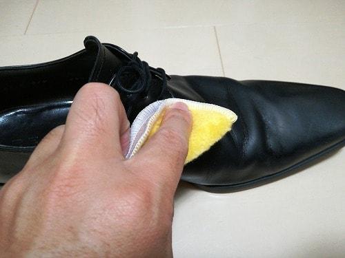 革靴の総仕上げ磨き
