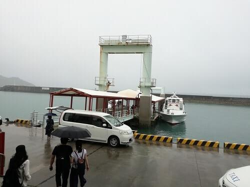 安座真港から出港するフェリー