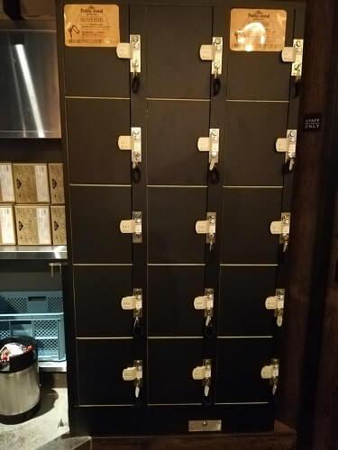 パブリックスタンド店舗内のロッカー