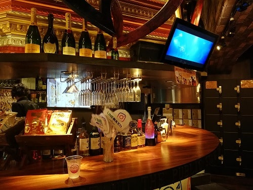 パブリックスタンド阪急東通り店のカウンターで1人で飲む
