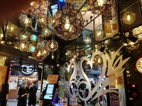 パブリックスタンド店内の豪華な照明