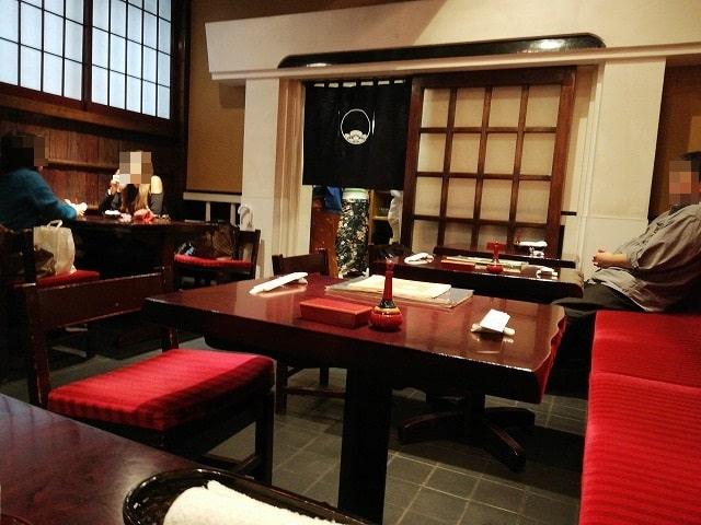 野田岩・麻布飯倉本店の内観(テーブル席)